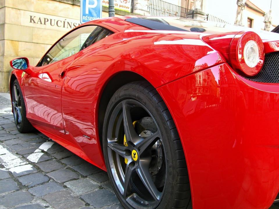 Quelques clichés de la ligne 460 Ferrari; elle présente des caractéristiques uniques, comme un aileron arrière avec des montants massifs intégrés à la structure du véhicule. Le numéro 460 provient du V8 de 4,6 litres fraîchement sorti du fourrage, qui fait maintenant 508 chevaux. Le déplacement et la puissance supplémentaires permettent à la voiture de passer de 0 à 60 mi / h en moins de 3,8 secondes et d'atteindre une vitesse de pointe supérieure à 200 mi / h