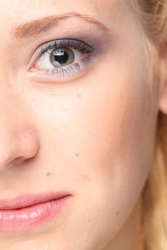 Pour des yeux clairs, il convient d'opter pour les teintes légères : lilas, mauve, Prune, pourpre, rose pâle, violet.