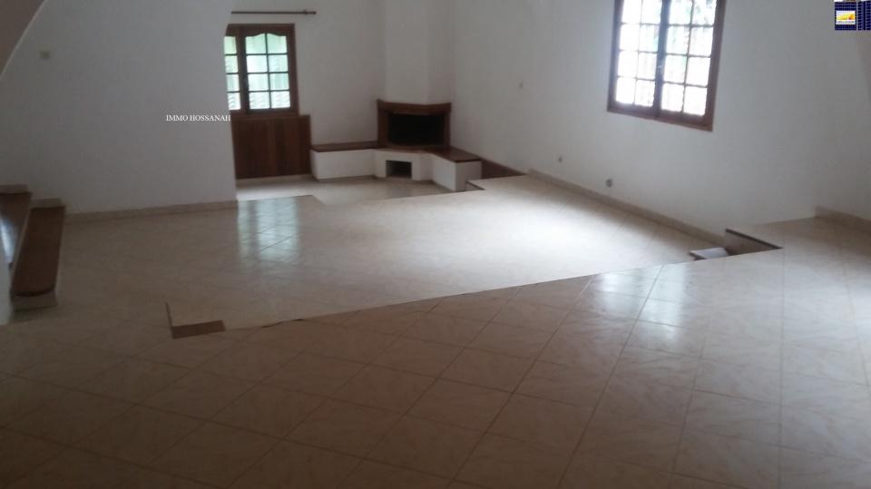 Bienvenue sur votre CHRISTIAN GROUP HOSSANAH , nous vous invitons à visiter notre Site<br />Web :www.group.hossanah.com<br />VILLA F4 DE STANDING A LOUER A MANDROSOA IVATO RÉF:LAM301100272<br />Villa à étage de type F4 dans un quartier résidentiel, bien clôturé, sécurisé, surface total de 1200m2, comprenant :<br />Au réez de chaussé :<br />-Un living sur 3 niveaux,<br />-Une chambre parentale placardée avec salle de bain attenante<br />-Une cuisine placardée<br />-Une toilette visiteur<br />A l'étage:<br />-Deux chambres placardées, mezzanine<br />Extérieur : garage, abris voiture, dépendance gardien, chalet, terrasse et grand jardin<br />-Compteur Eau et électricité indépendant<br />Loyer par jour(s) en Ariary :1 800 000Ar<br />IMMO HOSSANAH - Agence Immobilière<br />_Droit première visite : 10 000Ar Après la première visite seront gratuites<br />_Honoraire d'agence : 75%25 du loyer mensuel, payable au comptant à la signature du bail<br />Telephone: +26133 91 834 98<br />Email :immohossanah@gmail.com<br />Site Web :www.group.hossanah.com<br />Adresse :V24 Alasora Antananarivo Madagascar